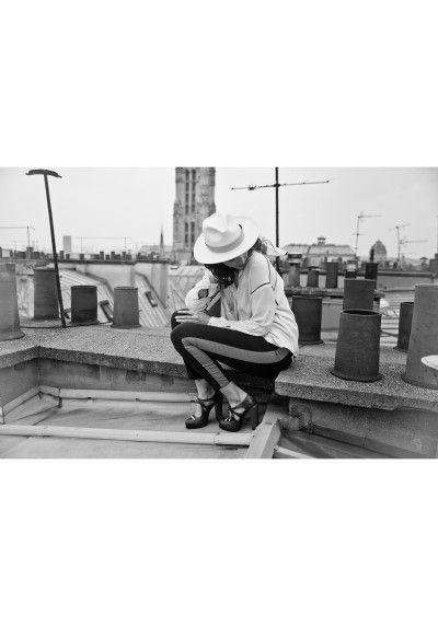 Il fait chaud ! #codeinedeco a sélectionné ce Panama tressé à la main en Equateur par Homero Ortega, une des fabriques les plus renommées du pays. Chic et intemporel, ce produit pourra accompagner vos tenues décontractées comme les plus élégantes, chaque ruban lui donnant un style adapté à vos envies. Livré dans une boîte à chapeau couleur taupe, le must pour offrir ou se faire plaisir.