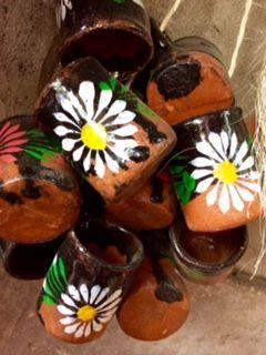 Estos son unos jarritos de barro, artesanales y tradicionales para nuestras deliciosas aguas frescas o ¿qué dices de un aromático y sugerente café de la olla?