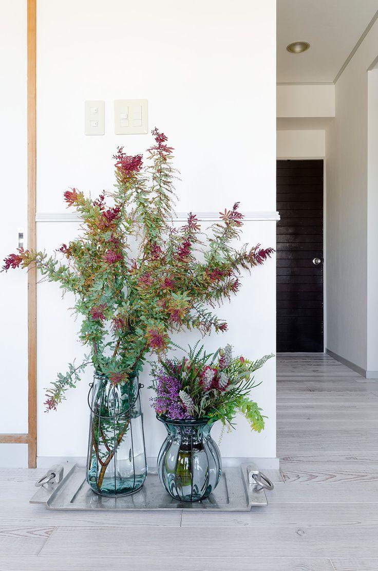 部屋の中にいつも花は欠かさない。大胆かつナチュラルなアレンジが見事。左はアカシア、右はミモザ、エリカ、グズマニアなど