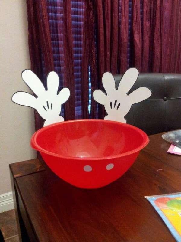 Bol Mickey avec un bol rouge, des boutons et des gants de Mickey en papier. 16 idées DIY pour organiser une fête Mickey ou Minnie Mouse