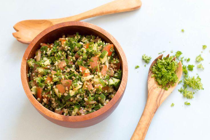 Recept voor tabbouleh, een heerlijke peterseliesalade uit Syrië en Libanon. Een makkelijk bijgerecht, in 15 minuten op tafel.
