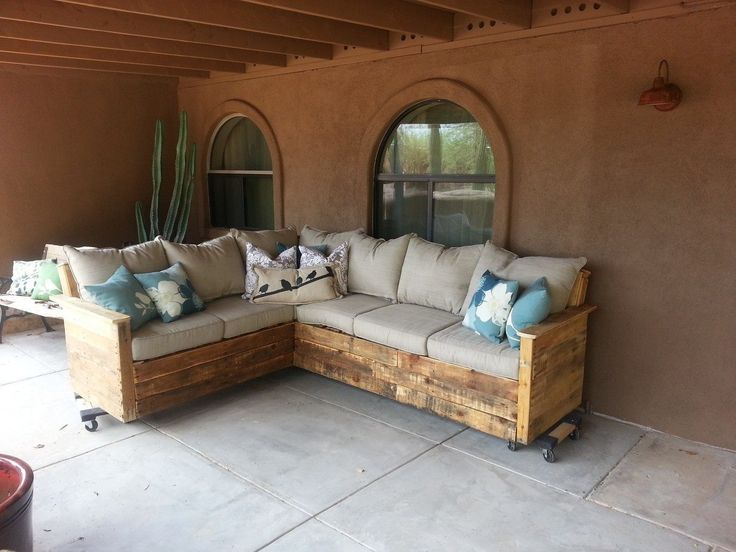 Pallet furniture indoor or outdoor couch pallet for Enclosed porch furniture ideas