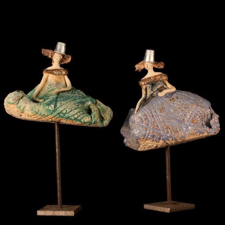 Mujeres col sobre soporte de hierro. Escultura cerámica.