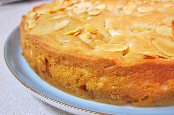 Delicioso bolo tradicional do Algarve.Bolo fofinho com a combinação ideal de amêndoa, fios de ovos e chila com um toque de laranja.