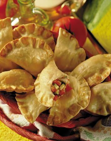 Conoce la novedosa receta de Empanadas de Verduras baja en calorías. ¡Disfruta de este rico plato para 12 personas!