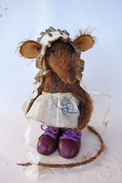 Vincenza the rat...modest, quiet and sweet...   By Antonina Shantts 5.5 inches (14 centimeters)  Rat Vincenza, modest, quiet ... sweet ...