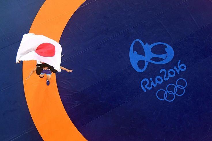 駆け寄る栄監督を豪快投げ レスリング63キロ級金・川井梨紗子の歓喜(Yahoo! JAPAN リオオリンピック特集) - リオオリンピック特集 - Yahoo! JAPAN