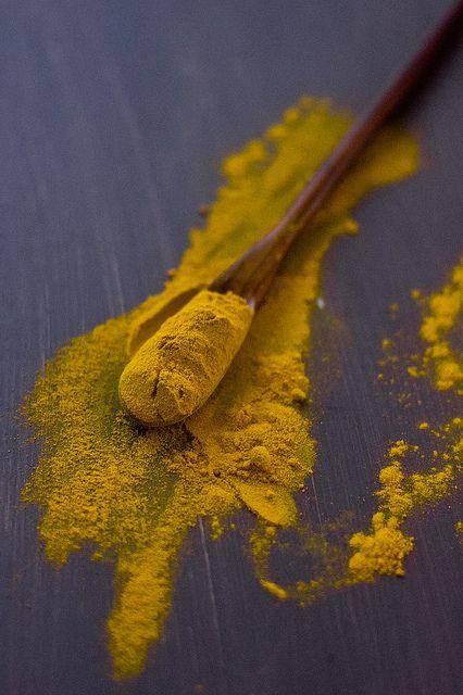Turmeric. Donc le Curcuma. Ici on peut voir la couleur jaune de sa poudre de racine. Un produit exceptionnel pour la santé. Sa curcumine voit ses effets potentialisés par la pipéridine de toutes sortes de poivres. A consommer sans modération. Une boisson à base de gingembre frais absorbée ensuite complète fort bien son action.
