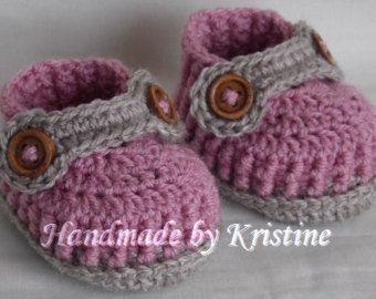 девочка обувает ботинки младенца вязание крючком обувь крючком Детские пинетки девочки вязаные пинетки крючком, Выберите цвет