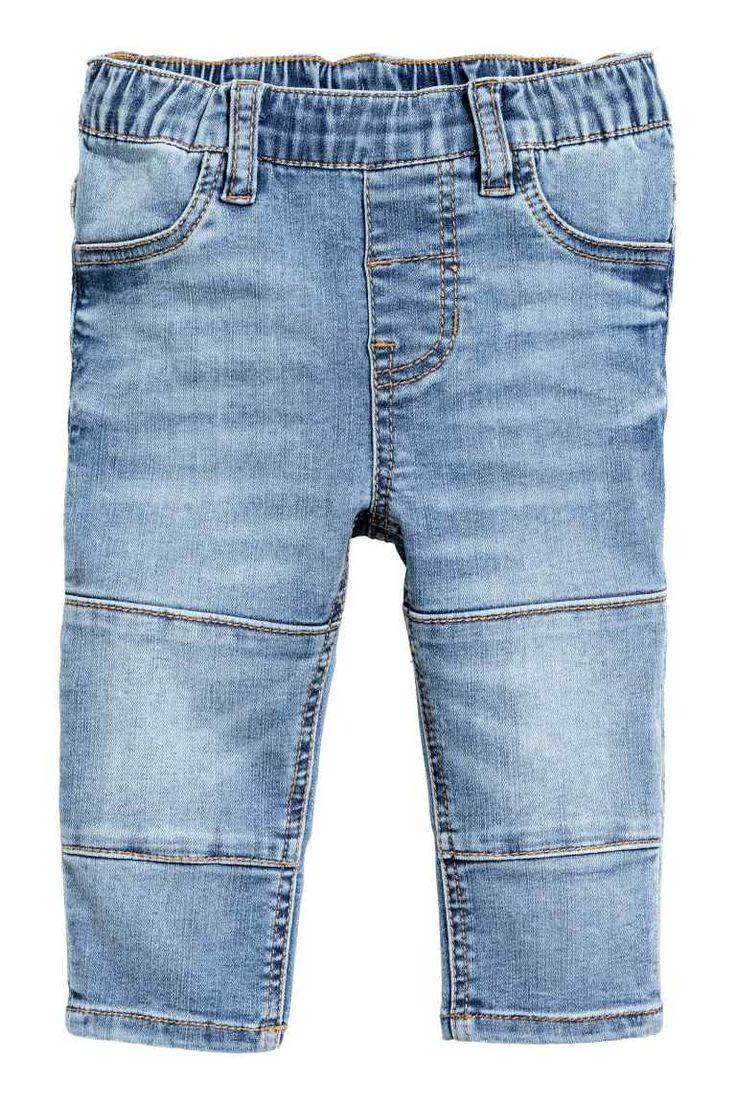 Treggings: Treggings em ganga lavada macia. Têm cintura elástica, braguilha falsa e costuras decorativas nos joelhos. Bolsos falsos à frente e bolsos verdadeiros atrás.