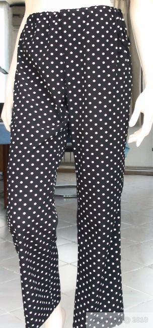 Cette vidéo vous montre, de A à Z, comment coudre un pantalon, élastiqué à la taille, avec une poche plaquée au dos. Il est facile à réaliser en peu de temps. Vous le trouverez en kit sur le site les-fees.fr Sinon, prenez un pantalon qui vous va bien, si il est usé et inutilisable, ouvrez les coutures et faites en un patron, puis montez le comme indiqué sur la vidéo (seulement valable pour le même pantalon simple, pas pour un jean par exemple, qui est beaucoup plus compliqué et nécessite…