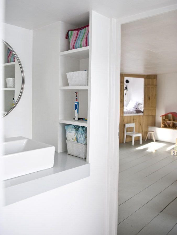 second bathroom of our houseboat Jolie - waterloft.nl