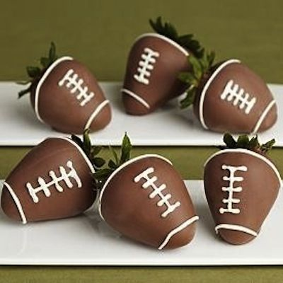 Football Chocolate Covered Strawberries! #SuperBowlRecipes