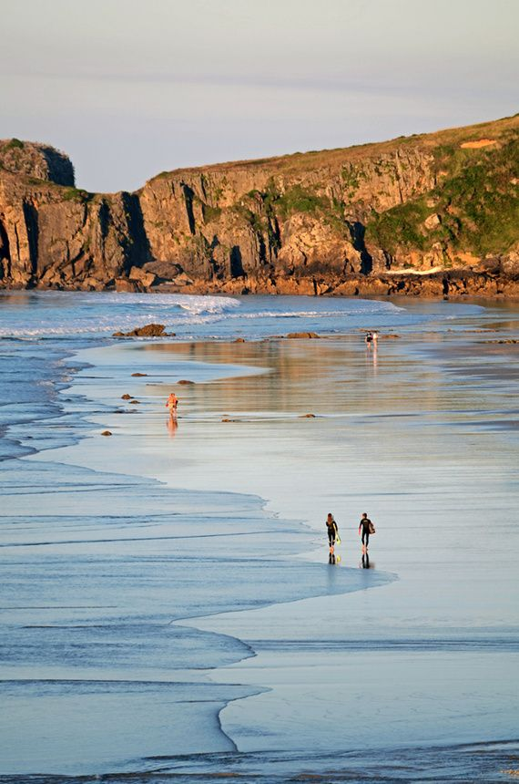 La playa de San Antolín está situada en la localidad española de Naves, en el concejo asturiano de Llanes. Es la mayor playa del concejo con 1200 metros