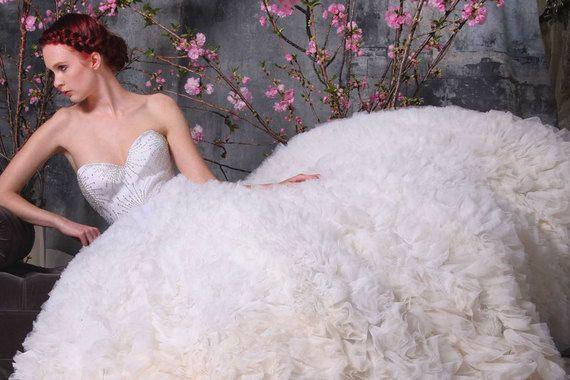 Дизайнер Кристиан Сириано создает свадебные платья давно, но регулярные коллекции представляет только второй сезон. Стоимость нарядов – от $3500 до $17 000, уточняет Vogue US