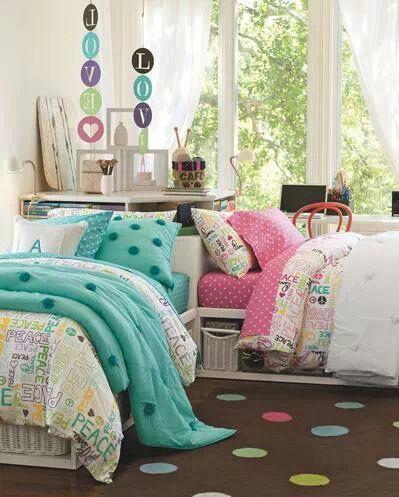 """¿Qué te parece esta habitación compartida para dos adolescentes? - Puedes ver más """"decoración juvenil"""" en nuestra sección: www.estiloydeco.com/categoria/decoracion-juvenil/"""