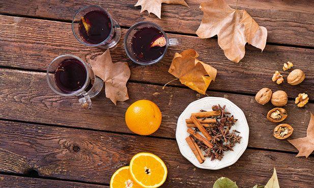 As bebidas quentes são naturalmente apreciadas nas épocas mais frias do ano.O vinho quente,as especiarias e a laranja tornam esta bebida muito aconchegante.