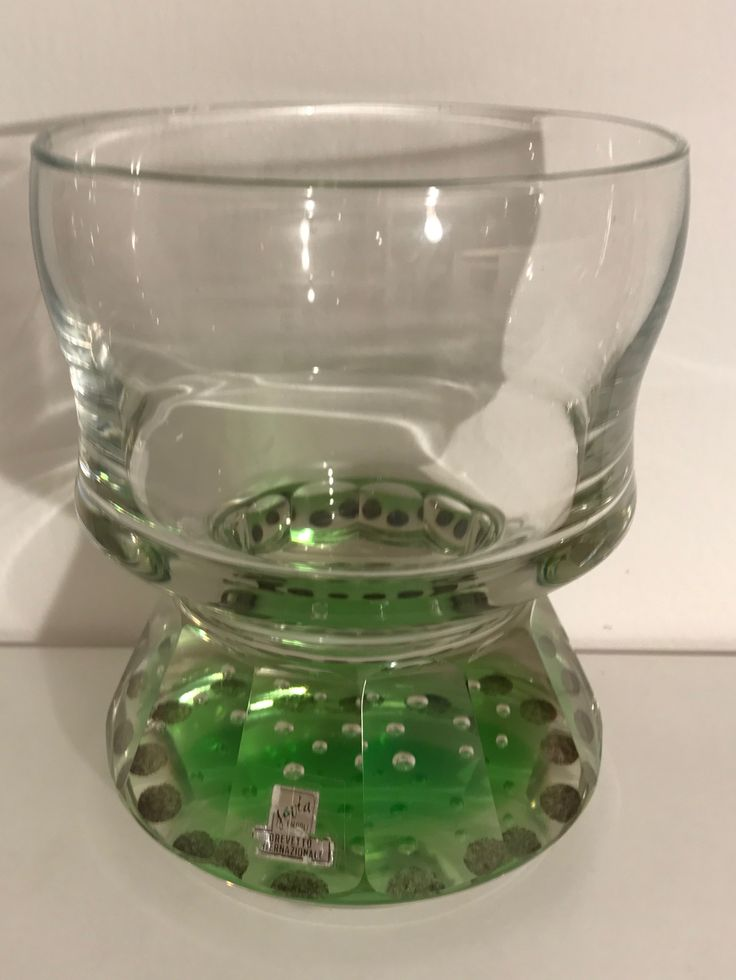 """Pokalartike Vase , Klebeetikett :  """" Javia  / EMPOLI  / BREVETTO. / INTERNAZIONALE """". Standfuß partiell grün mit  regelmäßig angeordneten  Luftblasen - vertikaler Schälschnitt.  Schlichte , dennoch ausgewogen  elegante Formensprache."""