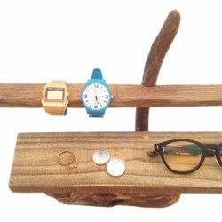 腕時計と眼鏡をディスプレイ出来る流木アクセサリースタンドです。お店の様にディスプレイされたい方にオススメです。上段には腕時計が8〜10個は飾れます◎中段は眼鏡やバングルなどを飾るには丁度良いサイズになっております◎土台になる流木は人口的な穴が開いておりおそらく以前に建材に使われていたものです。非常に綺麗で面白い形です。上段、中段の流木も人口的に加工された板が流れた流木を使用しております。エアプランツや多肉植物、天然石などの自然素材とも相性抜群です◎ 流木は煮沸消毒の後、天日乾燥させています。仕上げにクリアラッカーを吹き付けております。商品はすべて一点ものになります。サイズ:約H310 W585 D155 (mm)