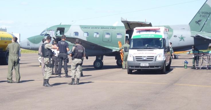 28/01/2013 - BRASIL - Um avião C-95BM Bandeirante da Força Aérea Brasileira decolou às 18h30 da Base Aérea do Galeão, no Rio de Janeiro, com equipamentos necessários para aumentar o número de leitos da UTI (Unidade de Terapia Intensiva) no hospital Conceição, em Porto Alegre, onde parte dos feridos do incêndio na boate Kiss estão sendo atendidos. Divulgação/Aeronáutica.