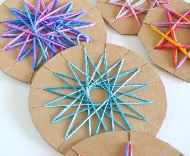 Easy DIY Yarn Ornament, #craft, children, elementary school, X-mas, Christmas, #knutselen, kinderen, basisschool, kerstmis, garen ornament, draadjes, bal, textiel
