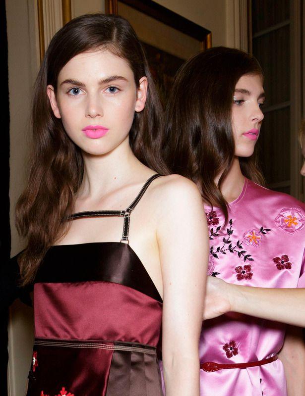 La firma italiana Aquilano Rimondi apuesta por los labios en tono rosa chicle y acabado semimate. ¿La piel? muy luminosa y natural a base de toques de iluminador.