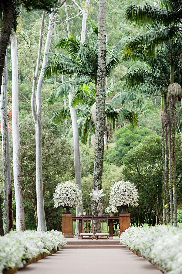 Altar da cerimônia de casamento ao ar livre na Fazenda Vila Rica - decoração com arranjos em branco e verde de mosquitinhos/gipsofila e flores brancas ( Decoração: Fabio Borgatto e Telma Hayashi | Foto: Daniela Picoral )