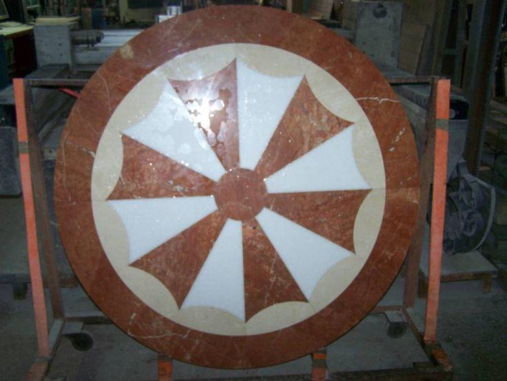 Rosetón de Mármol. Composición circular de pequeñas piezas de distintos mármoles. #arquitectura #diseño #decoracion #marmol #cremamarfil #interiorismo #mosaicos #rojoalicante