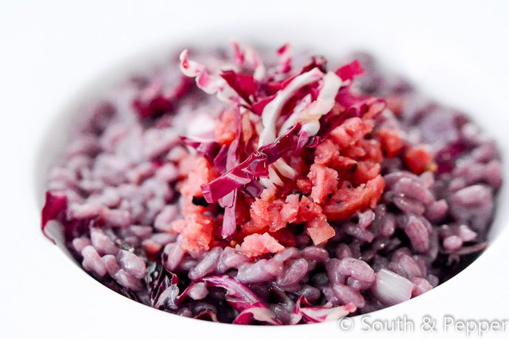 In dit heerlijke risottogerecht combineert de bittere radicchio goed met de romige smaak van de mascarpone en de hartige worst. Ontdek hier het recept!
