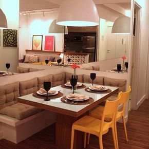 Sala de Jantar pequena no estilo americano, os espelhos na parede dão a sensação de um ambiente maior