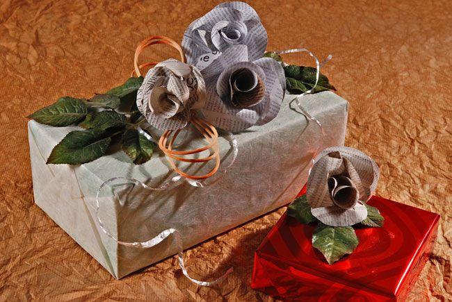 pacchetti regalo #faidate con rose di carta di giornale