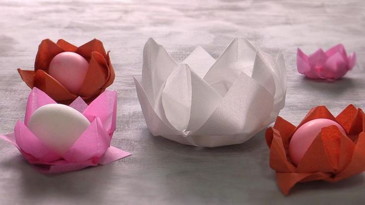 Kauniisti taiteltu lautasliina tuo arkeen juhlaa. Lootuskukka onnistuu sekä paperi- että kangasliinoista.