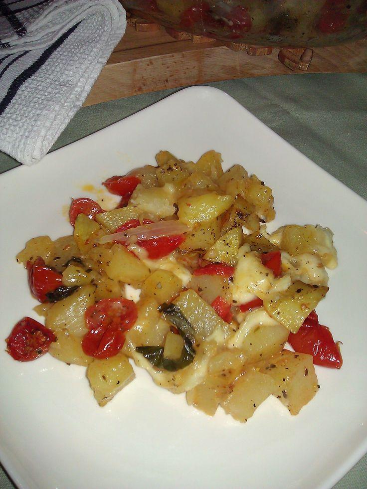 Un'altra variante di comecucinare le patate a forno, ricetta facile e rapida, che con l'aggiunta di pomodorini e mozzarella danno un tipico gusto medite