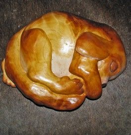 Nukkuvakoiranpentu koivunpahkaveistos Wooden puppy
