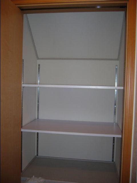 階段下収納に可動棚をつけました。 ( 住居 ) - のんたんとじゅんべ ... 収納の奥行は650mm位、固定棚の出幅が450mmだったので、棚板も450mmを使いました。 スッキリ整理できるようになりました。