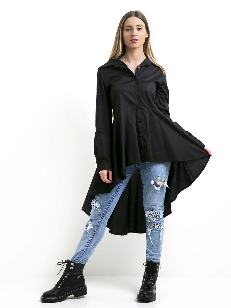 Camisa em tecido liso, mais comprida atrás com manga extensa e folho em baixo