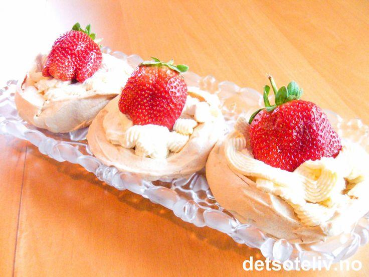 Minipavlova med jordbær | Det søte liv
