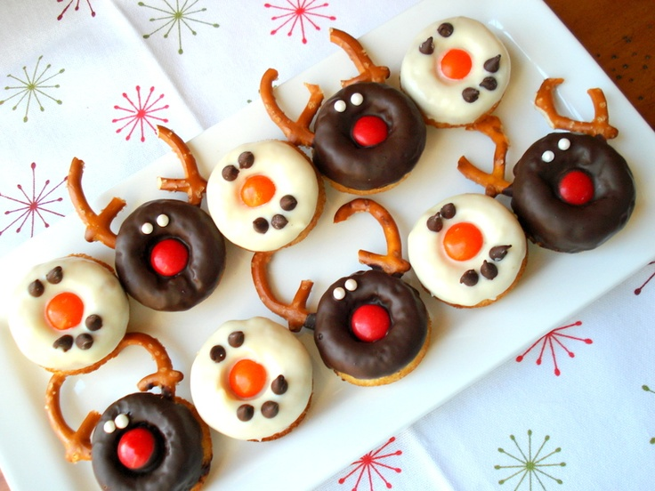 How to decorate with donuts.Christmas Parties, Christmas Baking, Donuts Recipe, Holiday Doughnuts, Christmas Donuts, Donuts Ideas, Christmas Ideas, Christmas Breakfast, Holiday Christmas