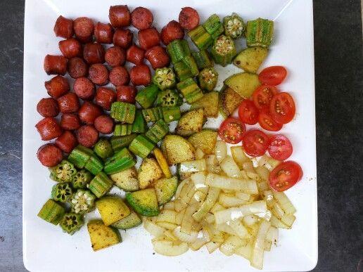 Linguiça defumada, quiabo frito, abobrinha salteada, cebola e tomatinho.