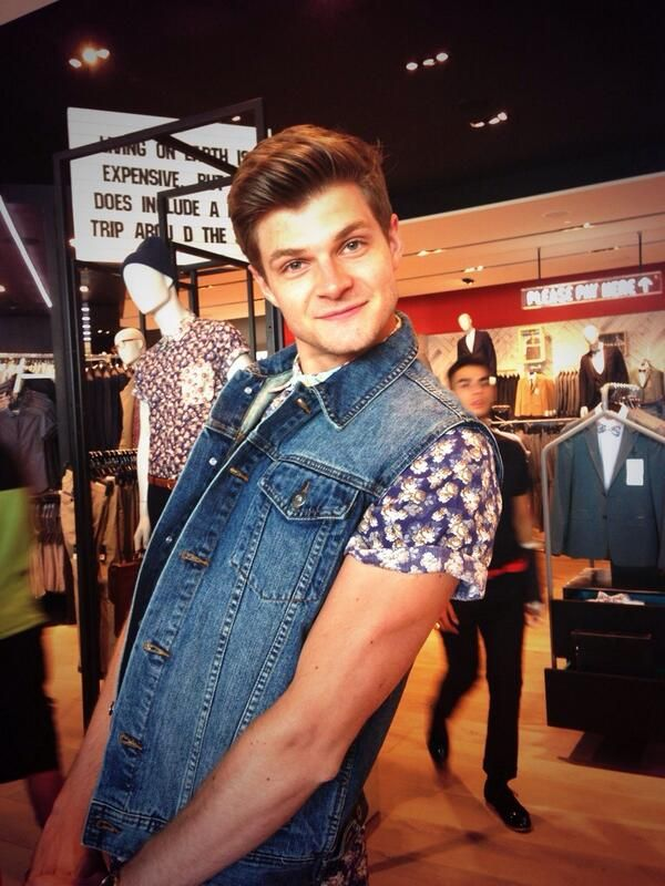 #JimChapman hey best friends! i was listening to primadonna girl and it said that right as i look at this