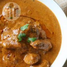 Een milde curry van lamsvlees. Dit recept komt uit de Kasjmir regio, net boven India. Het vlees wordt langzaam gegaard met specerijen. Serveer dit bijvoorbeeld met kardamom rijst.