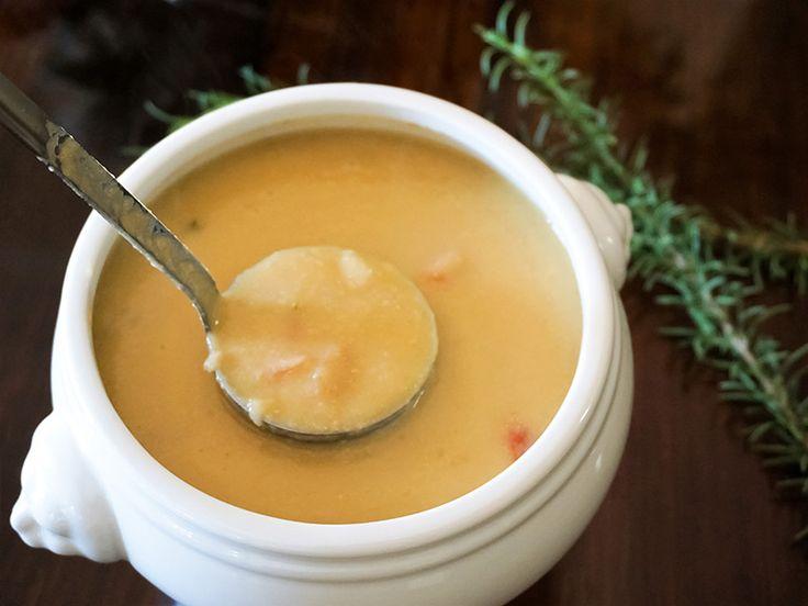 身も心も癒やされる、ひよこ豆のなめらかスープ【南イタリア美人レシピ】ひよこ豆(乾燥) 400g  水または野菜スープ 適量  <A>  タマネギ 1/2個  ミニトマト 1~2個  ニンニク 1片  サルヴィア(セージ)の葉 2~3枚  ローズマリーの葉 2~3つまみ     塩 適宜  コショウ 適宜  エクストラヴァージンオリーブオイル、黒コショウ お好みで