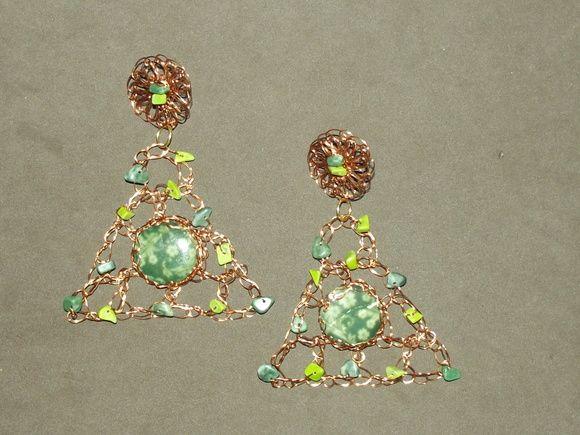 Brinco em crochê de fio de metal, cobre esmaltado em dourado, bordado com pedras naturais( ágata musgo, opalina e madre pérola pintada).