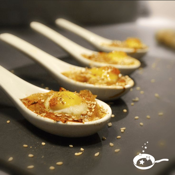 Cuillères de chutney d'oignons, sésame et oeuf de caille façon cocotte