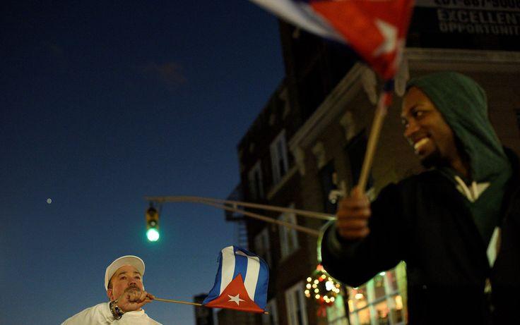 Pessoas agitam bandeiras de Cuba e gritam 'Viva Cuba!' enquanto comemoram a morte do ex-presidente Fidel Castro em Union City, Nova Jersey, nos Estados Unidos