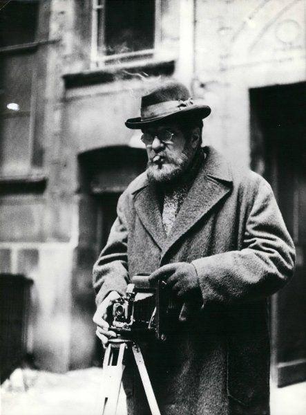 Heinrich Zille um 1900 mit seiner Kamera