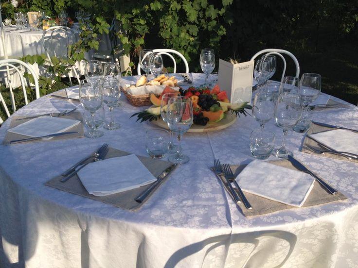 Allestimento tavoli al matrimonio all'aperto