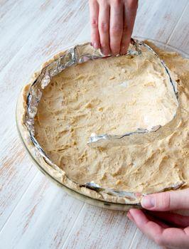Vaniljainen puolukkapiiras Pohja: 150 g voita tai margariinia ¾ dl fariinisokeria 1 muna 1 tl leivinjauhetta 3 ½ dl vehnäjauhoja Täyte: 125 g valkosuklaata 2 ps Blå Band Vanhan ajan vaniljakastikejauhetta 3 dl maitoa 200 g sitruunarahkaa Pinnalle: 150 g puolukoita tomusokeria Vatkaa voi ja sokeri vaahdoksi. Lisää muna hyvin vatkaten. Sekoita joukkoon leivinjauhe ja […]