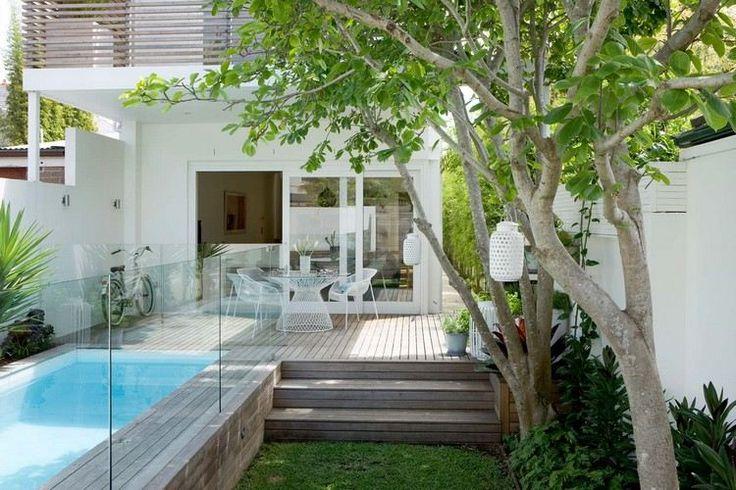 piscine étroite, plage en bois composite, barrière de sécurité en verre et mobilier de jardin design