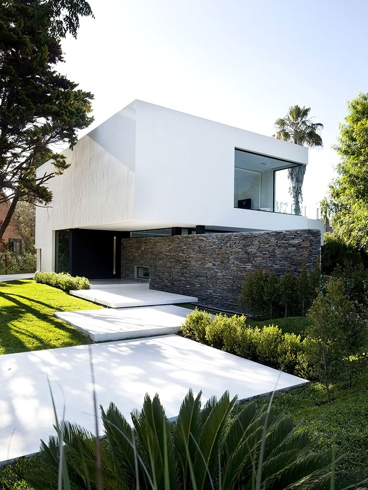 Fachada da casa com jardim contemporâneo.